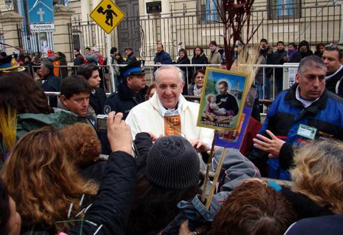 El Santo Padre Francisco I, en ese entonces el Obispo Bergoglio saludando a los fieles luego de la peregrinacion el dia de San Cayeano, junto a su secretario de prensa, Federico Wals en Buenos Aires Argentina.